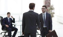 Handshaking för två affärsmän efter slående storslaget avtal arkivfoton