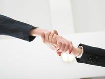 Handshaking nell'angolo basso dell'ufficio Fotografie Stock Libere da Diritti