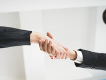 Handshaking nell'angolo basso dell'ufficio Immagini Stock Libere da Diritti
