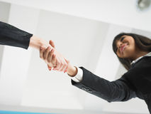 Handshaking nell'angolo basso dell'ufficio Fotografie Stock