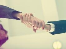 Handshaking nell'angolo basso dell'ufficio Fotografia Stock