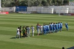 Handshaking przed futbolowym dopasowaniem Fotografia Royalty Free