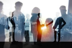 Handshakingaffärsperson i regeringsställning Begrepp av teamwork och partnerskap dubbel exponering royaltyfri fotografi