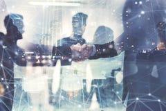 Handshakingaffärsperson i regeringsställning Begrepp av teamwork och partnerskap dubbel exponering royaltyfri bild