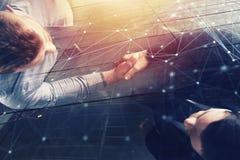 Handshakingaffärsperson i regeringsställning med nätverkseffekt Begrepp av teamwork och partnerskap dubbel exponering Royaltyfri Foto