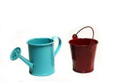 Handshower y el jardín bucket en un fondo blanco Imagenes de archivo