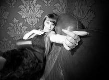 Handsign da onda da mulher nova fotografia de stock royalty free