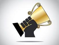 Handsilhouet die & gouden die kop houden opheffen in de concurrentie wordt gewonnen Royalty-vrije Stock Afbeelding