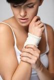 Handskada Den härliga kvinnan med förbinder mening smärtar förestående fotografering för bildbyråer