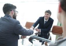 Handskakning över tabellen av finansiella partners Arkivfoton
