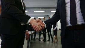 Handskakning av affärsfolk arkivfilmer