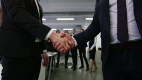 Handskakning av affärsfolk stock video