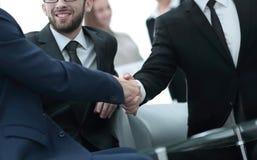 Handskakning av affärsfolk på affärsmötet i kontoret Arkivbild