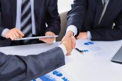 Handskakning av affärspartners Arkivfoton