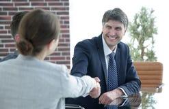 Handskakning av affärspartners på ett möte Arkivbilder