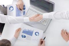 Handskakning av aff?rspartners, n?r att ha diskuterat ett nytt finansiellt avtal arkivbild
