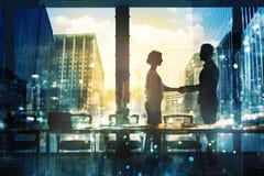 Handskakning av begreppet för två businessperson i regeringsställning av partnerskap och teamwork arkivbild