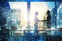 Handskakning av businessperson två i regeringsställning med nätverkseffekt Begrepp av partnerskap och teamwork arkivbilder