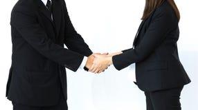 Handskakning av den affärsmannen och kvinnan i strategiska förhållanden royaltyfria bilder