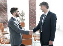 Handskakning av en affärsman och en advokat i kontoret Royaltyfri Bild