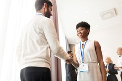 Handskakning av folk på affärskonferensen Arkivfoto