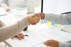 Handskakning av mannen och kvinnan, når underteckning av affärsavtalet, clos Royaltyfri Fotografi