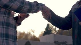 Handskakning av platsen för byggmästareAnd Client At konstruktion mot The Sun lager videofilmer