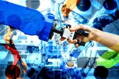 Handskakning av robotic och mänskligt att sammanfoga för teamwork på smart fabrik med bild för dubbel exponering arkivbilder
