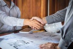 Handskakning av samarbete, konstruktionsteknik eller arkitekten att diskutera en ritning och en byggande modell, medan kontroller royaltyfri foto