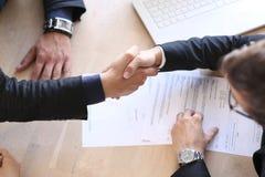 Handskakning efter avtalshäfte Royaltyfria Foton
