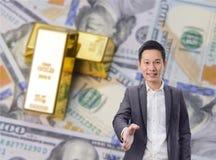 Handskakning för affärsman med guld- stänger och dollarsedelbakgrund royaltyfria foton