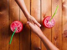 Handskakning i restaurangen Arkivfoton