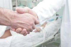 Handskakning i sjukhussal Royaltyfri Foto