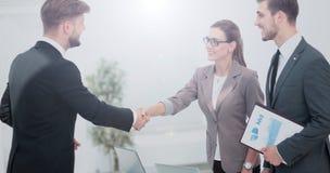 Handskakning mellan affärsfolk i ett modernt kontor Royaltyfri Fotografi