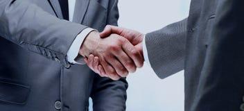 Handskakning mellan affärsmannen för två caucasian Royaltyfri Bild