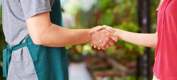 Handskakning mellan arbetaren och kvinnan Royaltyfria Foton