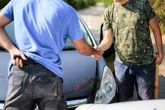 Handskakning mellan chaufförer efter en krasch arkivfoto