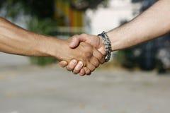 Handskakning mellan män royaltyfri fotografi