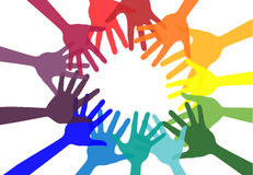Handskakning- och kamratskapsymbol färgrika händer Begrepp av demokrati Arkivfoton
