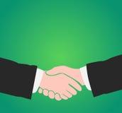 Handskakning på grön bakgrund med kopieringsutrymme Arkivfoton