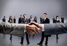 Handskakning på affärsbakgrund Arkivfoton