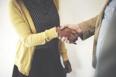 Handskakning som gör en gest begrepp för folkanslutningsavtal royaltyfri fotografi