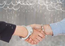 Handskakningen med handbojor mot grått wood panel- och vitregn klottrar royaltyfri illustrationer
