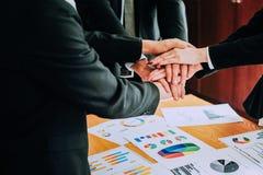 Handskakningen visar enhet Teamwork är ett stort lag av lyckade affärsmän Arkivfoton