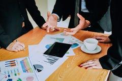 Handskakningen visar enhet Teamwork är ett stort lag av lyckade affärsmän Arkivbilder