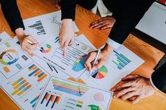 Handskakningen visar enhet Teamwork är ett stort lag av lyckade affärsmän Arkivfoto