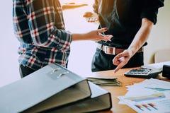 Handskakningen visar enhet Teamwork är ett stort lag av lyckade affärsmän Royaltyfri Foto