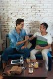 Handskakninglyckönskan för två män på kafét, vän royaltyfria foton