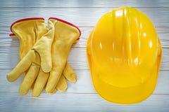 Handskar för byggnadshjälmsäkerhet på det vita brädet Royaltyfria Bilder