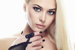 Handskar för flicka för skönhetmodeglamour bärande Royaltyfri Bild